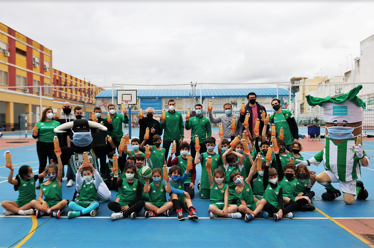 Real Betis Basket distributes more than 1200 bottles of recycled material among all its schools. We raise awareness of FOREVER GREEN among the youngest children.
