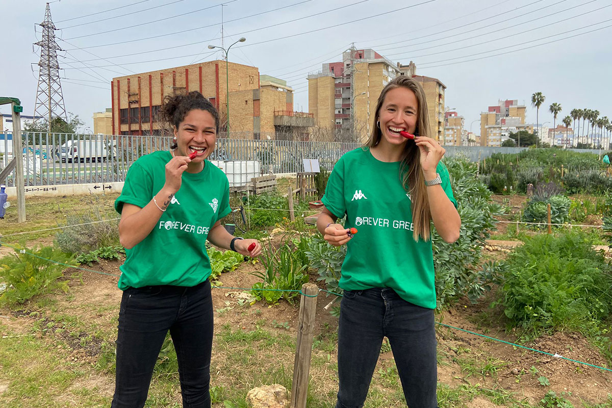 Seville City Council and the Cajasol Foundation join forever Green in the visit to the Urban Garden of Polígono Sur.